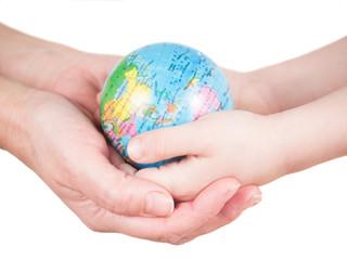 Hände von Kind und Frau halten Globus