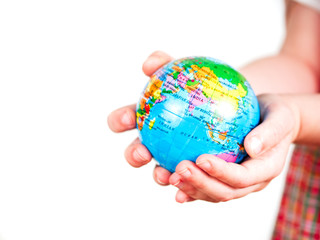 Hände von einem Kind halten Globus