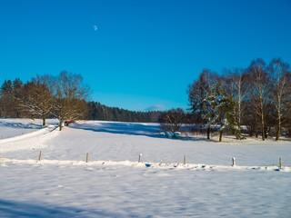 Winterlandschaft bei aufgehendem Mond