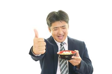 食事を楽しむ男性