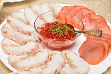 Икра на тарелке с нарезкой мяса