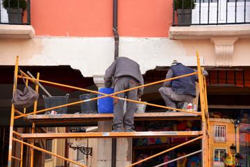 obreros trabajando en un andamio