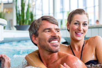 Mann und Frau entspannen im Wellness Spa