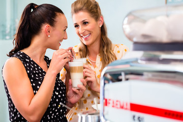 Freundinnen trinken Latte Macchiato in Cafe