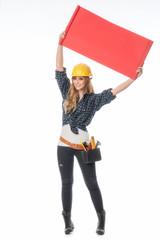 Handwerker hält eine Werbetafel