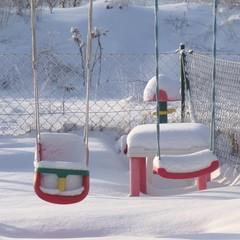 verschneite schaukel