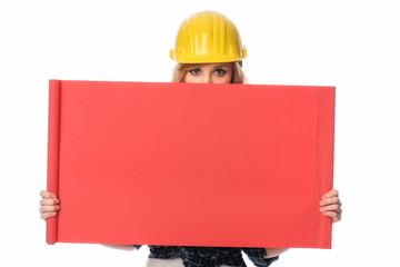 Bauarbeiter hält Werbeplakat