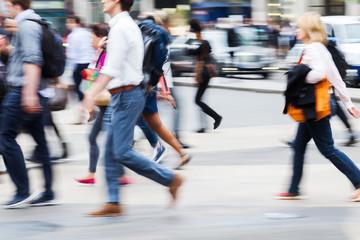 Menschenmassen in der Großstadt in Bewegungsunschärfe