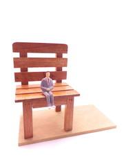 椅子に座って待つ