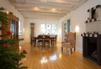 Wohnzimmer mit Kamin und Weihnachtsbaum