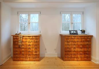Wohnzimmer mit Holzkommoden
