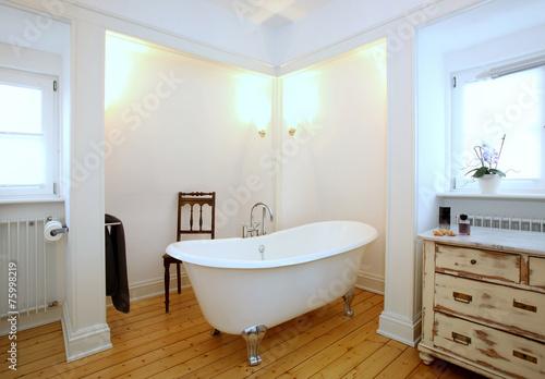 Leinwanddruck Bild Badezimmer mit freistehender Badewanne