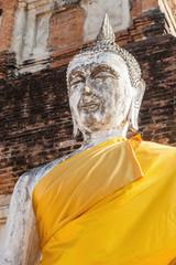 Buddhastatue an einer Tempelruine in Thailand