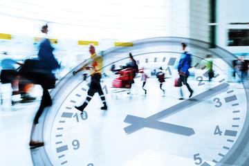 Doppelbelichtung von Menschen am Flughafen und einer Uhr