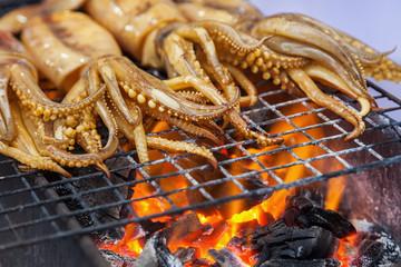 Tintenfisch auf einem Grill einer Garküche in Bangkok