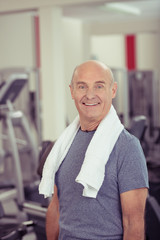 sportlicher senior im fitness-center