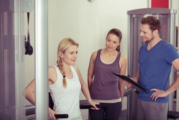 frauen trainieren mit personal-trainer