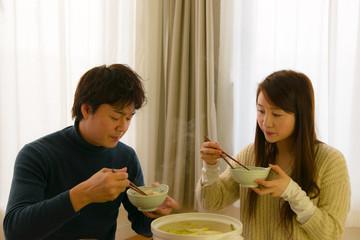 鍋を食べる夫婦