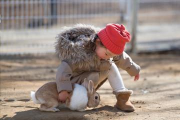 兎と遊ぶ少女