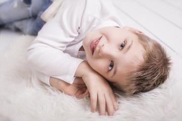 Junger Mann liegend am Boden lachend