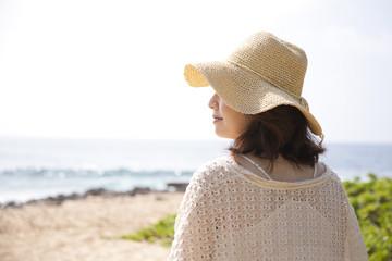 ビーチでリラックスする女性