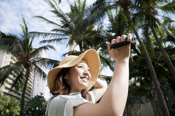 ビデオカメラで動画を撮る女性