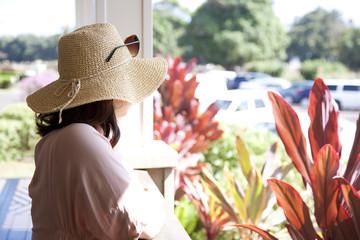 リゾート地で佇む女性