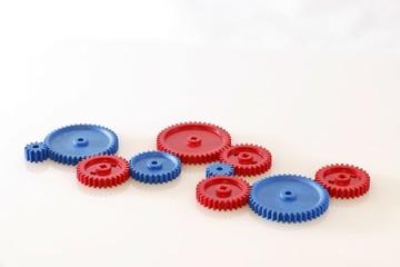 Zahnräder aus Kunststoff in blau und rot