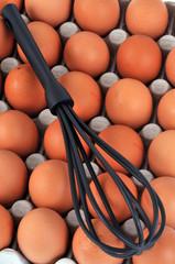Des œufs et un fouet de cuisine