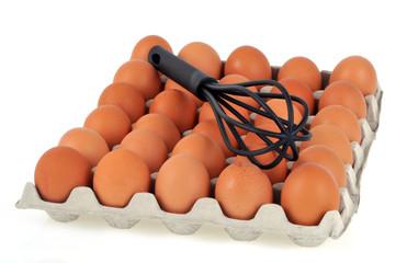 Boîte à œufs et fouet de cuisine