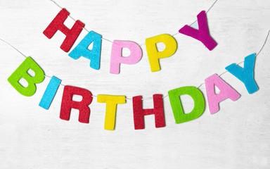 Happy Birthtday Buchstaben auf Holzhintergrund