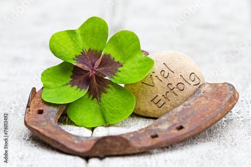 Poster Glücksbringer auf Holz, Viel Erfolg