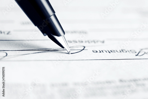 Signing contract - 76019078