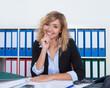 canvas print picture - Lachende Frau mit blonden Locken im Büro