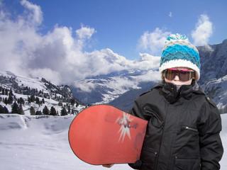 kleiner junge im schnee