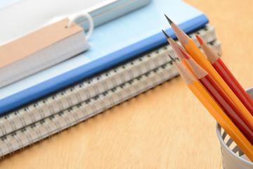 教育イメージ―机の上の鉛筆とノート