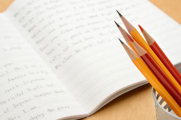 教育イメージ―机の上の鉛筆と英語のノート