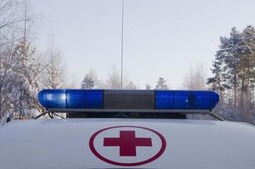 """Красный крест и синие маяки на крыше автомобиля """"скорой помощи"""""""