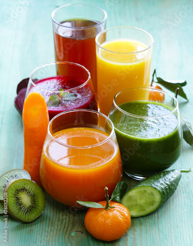 assorted fresh juices from fruits and vegetables - 76032208