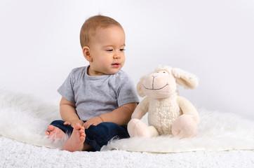 Baby unterhält sich mit Teddy