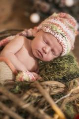Newborn Baby schlafend mit Mütze
