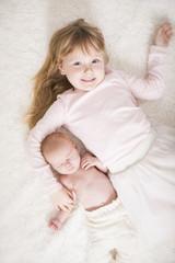 Große Schwester mit Baby
