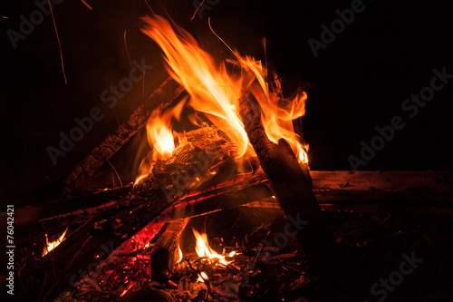 In de dag Vuur / Vlam Bonfire at night