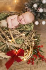 Newborn Baby schlafend in einem Korb mit Schleife
