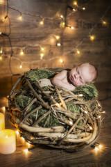 Newborn Baby schlafend viele Lichter