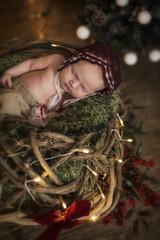 Newborn Baby schlafend in einem Korb