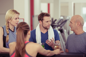 sportler unterhalten sich an der bar des fitness-clubs
