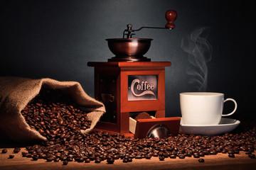 Kaffee Mühle mit  Kaffeetasse und Bohnen