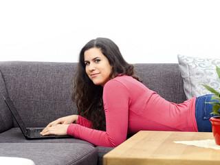 Frau liegt auf der Couch