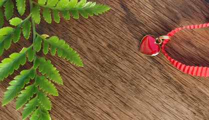 cœur en pendentif sur bois